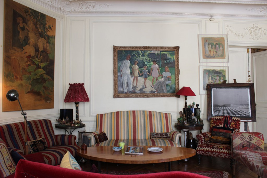Alliance of fifties, Victorian and Moorish objects and furniture.